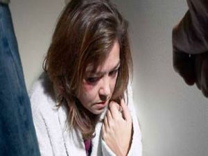Evden uzaklaştırma cezası alan koca eşini bıçakladı