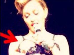 Madonna Arena'da Göğüslerini Açtı! - Video