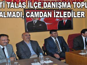 AK PARTİ TALAS İLÇE DANIŞMA TOPLANTISI SALON ALMADI, CAMDAN İZLEDİLER