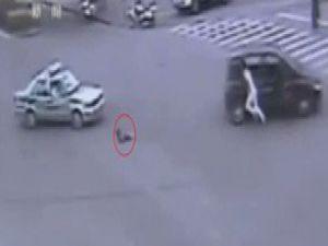 Çocuk hareket halindeki arabadan düştü video