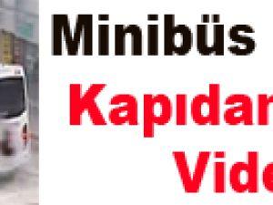 Minibüs Şoförü Kapıdan Uçtu - Video