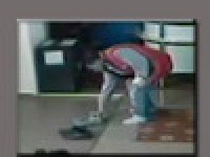Namazının ardından ayakkabıları çaldı Video