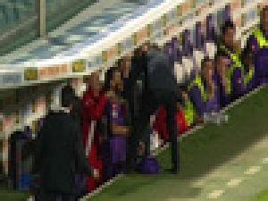 Futbolcusunu Oyundan Aldı, Yumruk Attı - Video