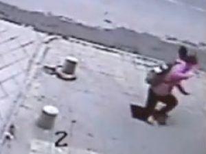 Kaldırım Genç Kızı Böyle Yuttu - Video
