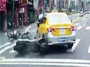 İki motosiklet taksiye böyle çarptı