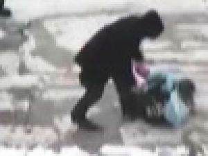 9 yaşındaki kızını öldüresiye dövdü! VİDEO