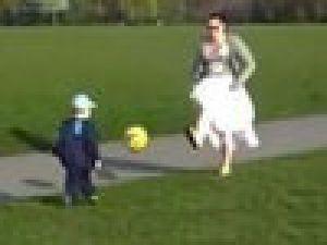 Annesi topa öyle kötü vurdu ki..Video