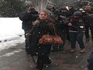 Ankara'da Eski hayat kadını Meclis önünde kendini zincirledi