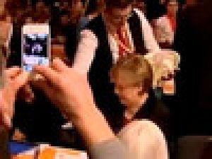 Sakar Garsondan Merkel'e Bira Banyosu VİDEO/ İZLE