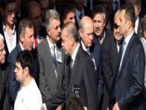 Başbakan Erdoğan   Bahçeli'yi es geçti Tokalaşmadı
