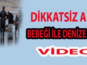 DİKKATSİZ ANNE BEBEK ARABASI İLE  DENİZE DÜŞTÜ/ VİDEO