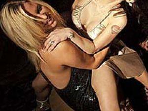 Partiyi karıştırdı Skandallarıyla tanınan şarkıcı  kucak dansıyla!