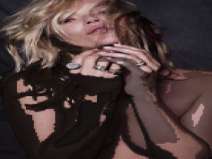 Kate Moss Üstsüz' mücevher tanıtımı yaptı