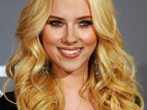 Scarlett Johansson'un Cep Telefonuyla Çektiği Çıplak Fotoğrafları İnternete Düştü