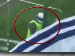 Rakip takımın bayrağını, tribünün önünde yaktı-video