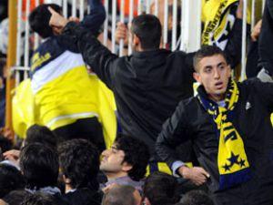 Fenerbahçe taraftarı İnönü'yü bastı