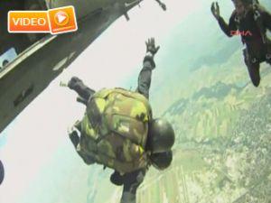 Cumhurbaşkanı 3800 metreden atladı - Video