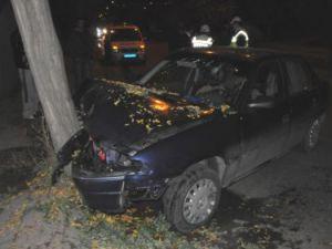 Otomobiliyle Ağaca Çarptı: 1 yaralı