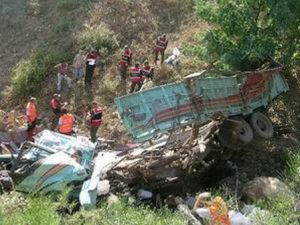 Kamyon uçuruma yuvarlandı: 3 ölü
