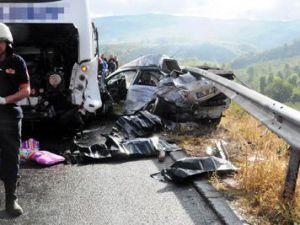 Otobüs tamirini beklerken otomobil çarptı: 3 ölü