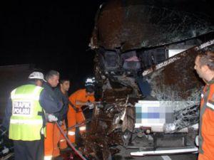 Yolcu otobüsü kamyona çarptı: 1 kişi öldü 18 kişi yaralandı
