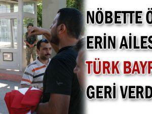 Nöbette ölen erin ailesi Türk bayrağını geri verdi!