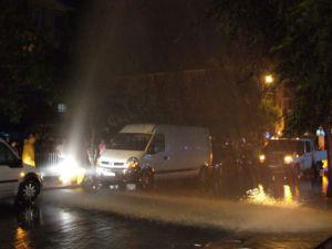 Patlayan borudan fışkıran suyu fırsat bilip araçlarını yıkadılar
