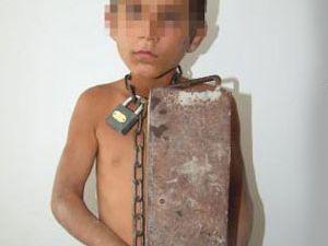 Yaramazlık yaptı diye oğlunun boynuna 12 kg ağırlık bağladı!