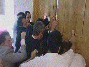 İşçi Partililer AB ofisine girmeye çalıştı