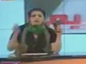 Libyalı kadın spikerden silahlı gözdağı! -video-