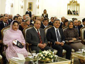 Pakistan Başbakanı'nın Eşi Kendini Böyle Rezil Etti