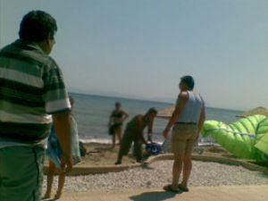 Sahilde başına havadan adam düştü!