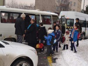 Kayseri'de öğrencileri taşıyan  servis ile otomobil çarpıştı 1 yaralı
