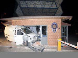 Alkollü sürücü polise tosladı