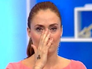 Ceyda Düvenci canlı yayında gözyaşlarına hakim olamadı.
