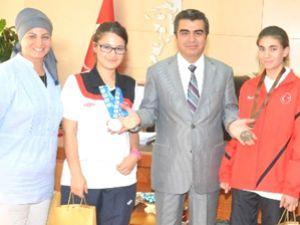 Vali Orhan Düzgün'den Başarılı Taekwondoculara Ödül
