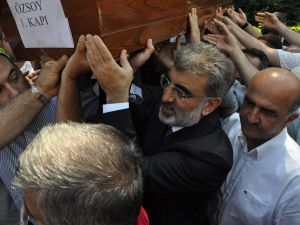 Bakan Taner Yıldız Manevi Kızının Cenazesine Katıldı