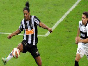 Ronaldinho'dan akıllara zarar pas! - VİDEO