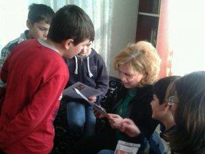 Vali Düzgün'ün Eşi Kimsesiz Çocuklara Karne Hediyesi Verdi