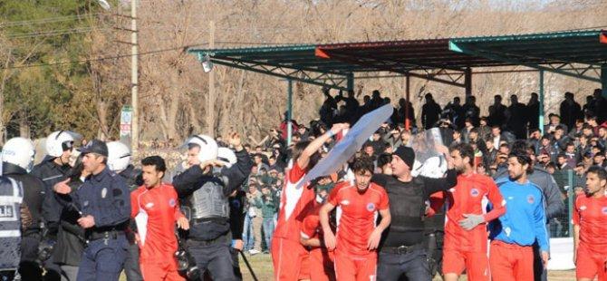 Futbolda terör durmuyor sahaya daldılar