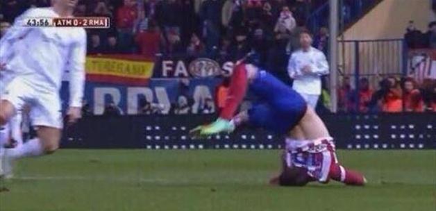 Ronaldo rakibinin boynunu kırıyordu! - VİDEO