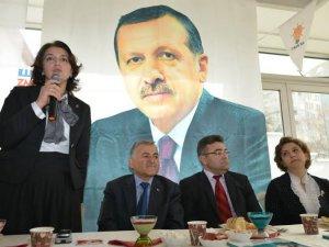 AK Parti İl Kadın Kolları Başkanı Venhar Pakırtaşı, yaptığı konuşmada;