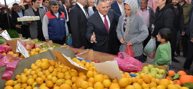 Başkan Büyükkılıç'a Pazar esnafı ve halktan sevgi gösterileri