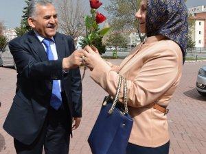 Başkan Büyükkılıç, 8 Mart Dünya Kadınlar Günü nedeniyle eşi Necmiye Hanım'a 'Gül' verdi
