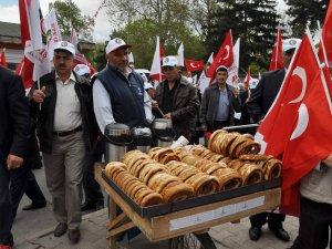 1 Mayıs kutlamalarında simit satan Hamza Tatlıcan