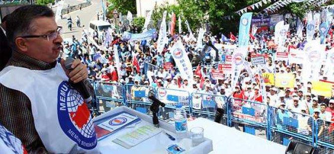 Memur Sen 1 Mayıs İşçi Bayramı nedeniyle Diyarbakır'da bir gösteri düzenledi
