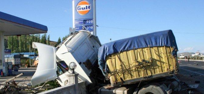 Kayseri'de TIR'la otomobil çarpıştı 2 kişi öldü, 1 kişi yaralandı