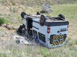 Pınarbaşı yolunda trafik kazası servis tarlaya uçtu 17 yaralı