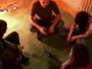 Genç Kızı Şişe oyunu ile soydular