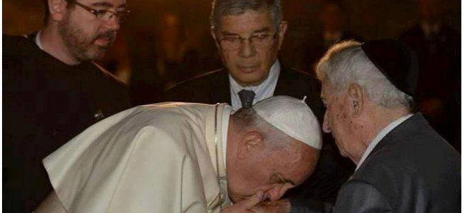 Papa'nın Siyonizm Aşkı  El  Etek öptü